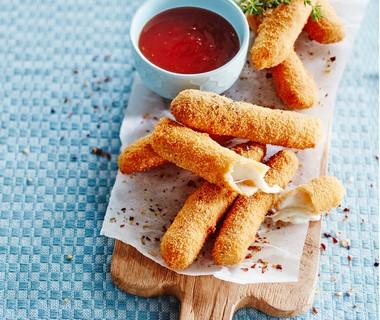 Mozzarellasticks met chilisaus