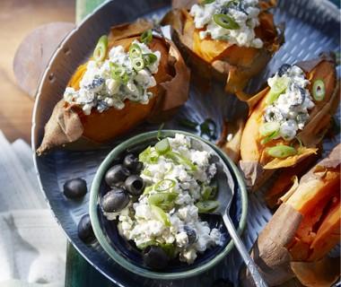 Gepofte zoete aardappel met hüttenkäse en olijven