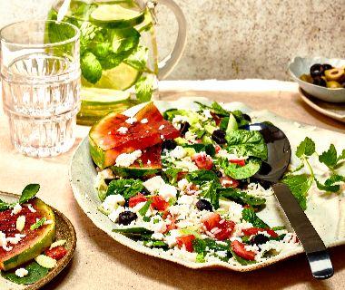 Griekse salade met gegrilde watermeloen en spinazie