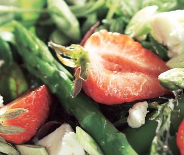 Zomersalade met aardbei, asperges en geitenkaas