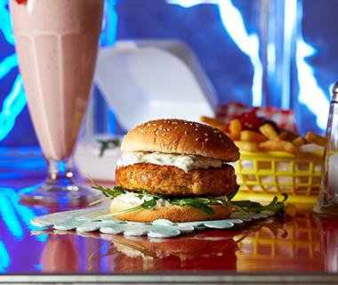 Zalmburger met dille en komkommersalade