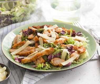 Caesar salade met gegrilde kipreepjes