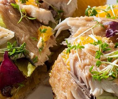 Sandwich met sinaasappel en makreel