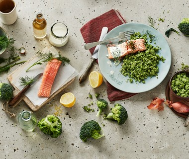 Broccolirijst met zalm en romige citroensaus