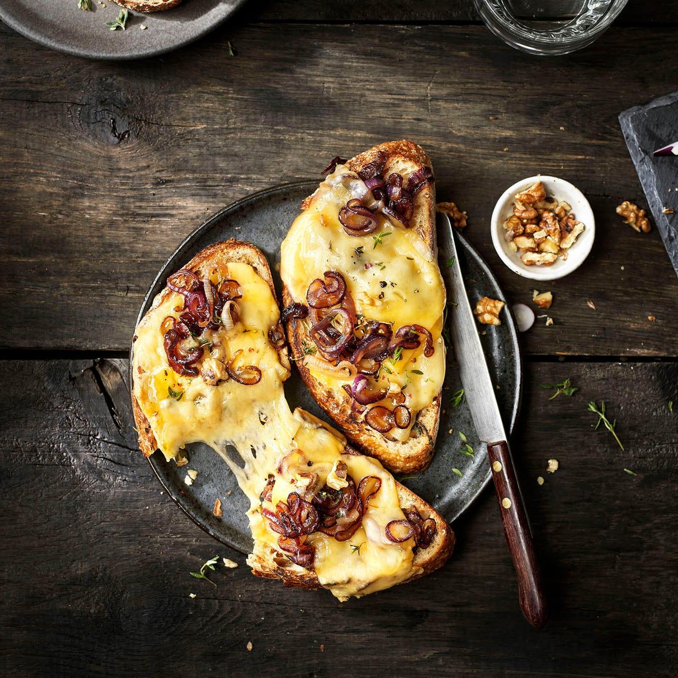 Melted sandwich met Old Amsterdam Belegen, gekaramelliseerde ui, walnoten en tijm