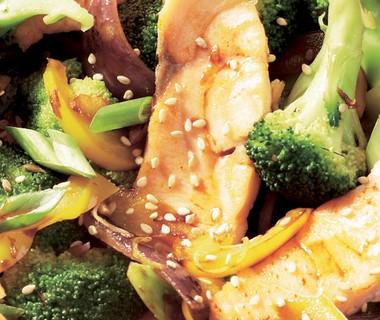 Zalmroerbak met broccoli en paprika