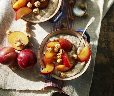 Havermout met geglaceerde pruimen, honing en gehakte noten