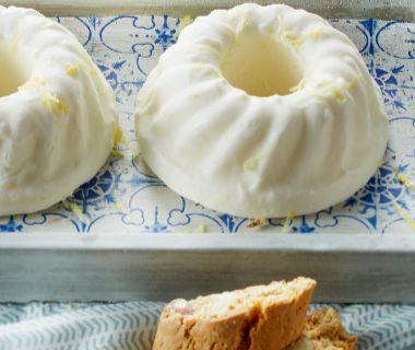 Semifreddo van roomyoghurt met citroen, honing en gember