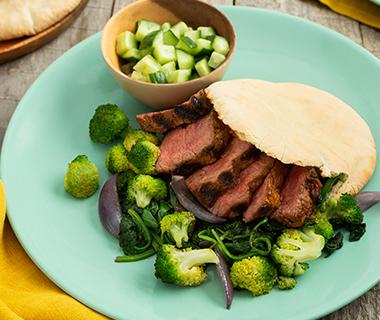 Pita's met gegrilde biefstuk en komkommersalade