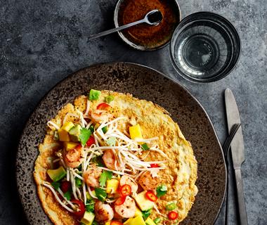 Thaise omelet met garnalen en mangosalade