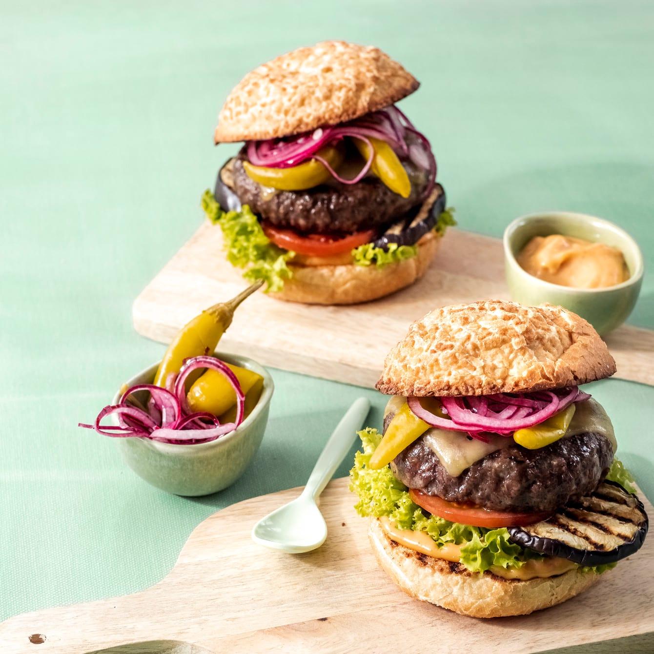 Black Angus cheeseburgers met sambasaus en ingelegde groene peper