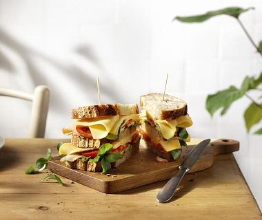 'Super sandwich' met belegen Maaslander, gerookte kip, tomaat en pesto