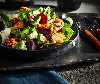 Salade met knapperige sjalot, biet en walnoten