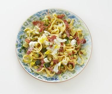 Tagliatelle met citroenricotta, rauwe ham en eiermimosa