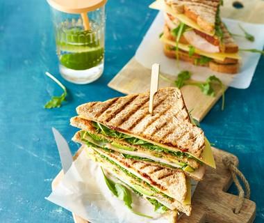 Clubsandwich met gerookte kip en avocado