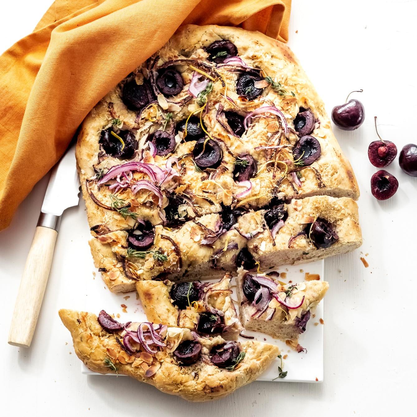 Focaccia met verse kersen, Parmezaanse kaas en amandeltjes