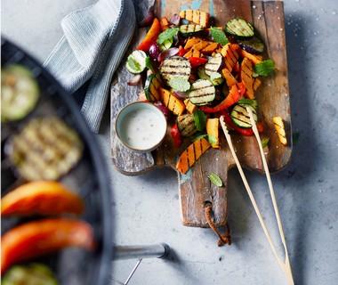 Salade van zoete aardappel met chili-muntdressing en gegrilde groenten