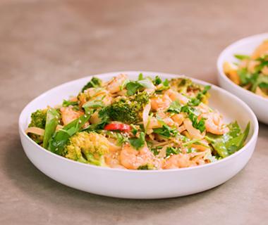 Bami met garnalen, peultjes en broccoli
