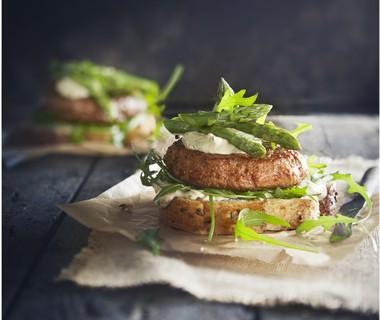 Sandwichburger met ansjovissaus en groene asperges