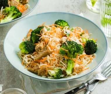 Oosterse broccoli salade met Vivera kipstukjes