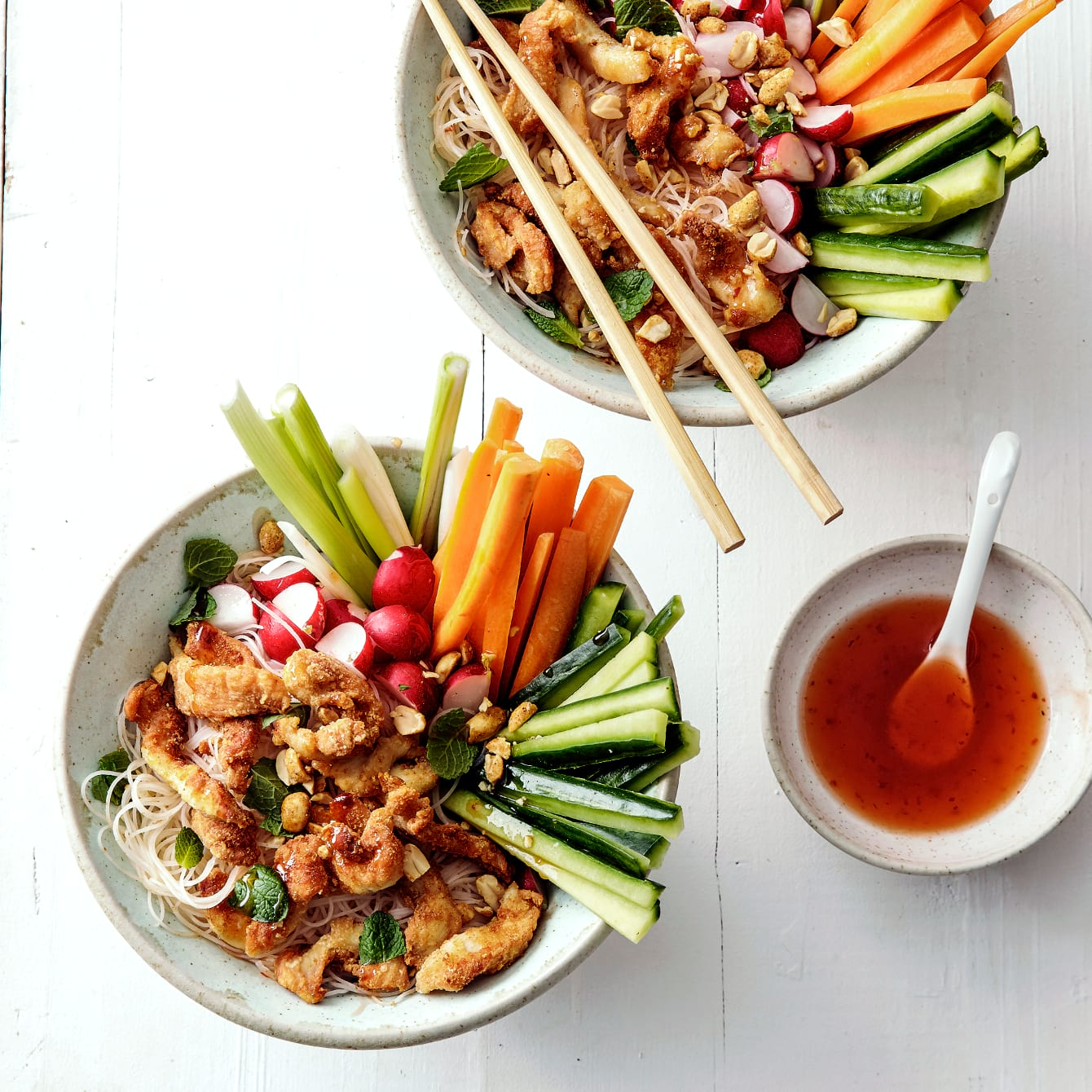 Vietnamese kip in knapperige groentebowl