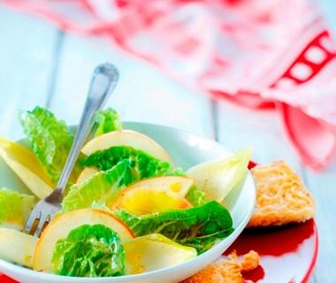 Groene salade met warme Zwitserse kaascroutons