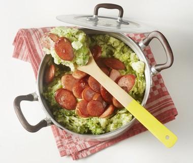 Broccolistamppot met gebakken rookworst