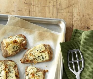 Schnitzel gegratineerd met blauwe kaas en amandelen