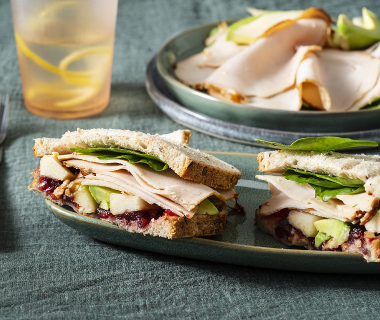 Sandwich met kipfilet en cranberrycompote