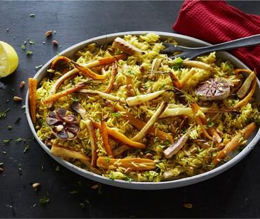 Lauwwarme rijstsalade met geroosterde pastinaak en gepofte knoflook