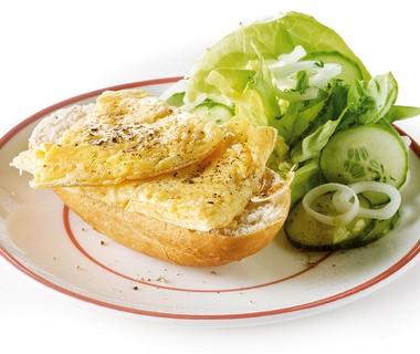 Kaasomelet met kropsla en stokbrood