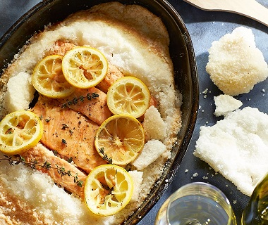 Zalm met citroen en tijm in zoutkorst