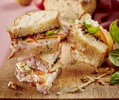 Sandwich van zelfgebakken appelbrood met geitenkaas en appel