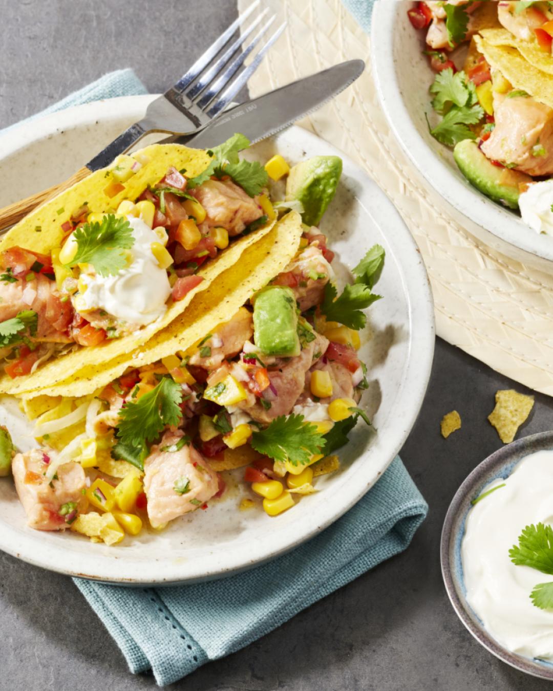 Taco shells gevuld met een ceviche van gemarineerde zalmfilet en groente