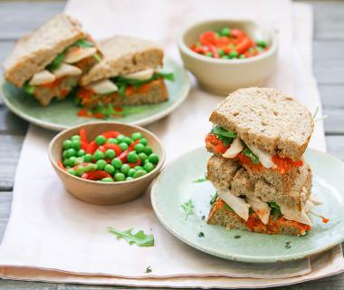 Paprikasandwich met kip en doperwtjessalade