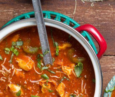 Tomatensoep met bleekselderij en tortellini