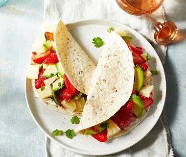 Wrap met aardbeien, avocado en ananas