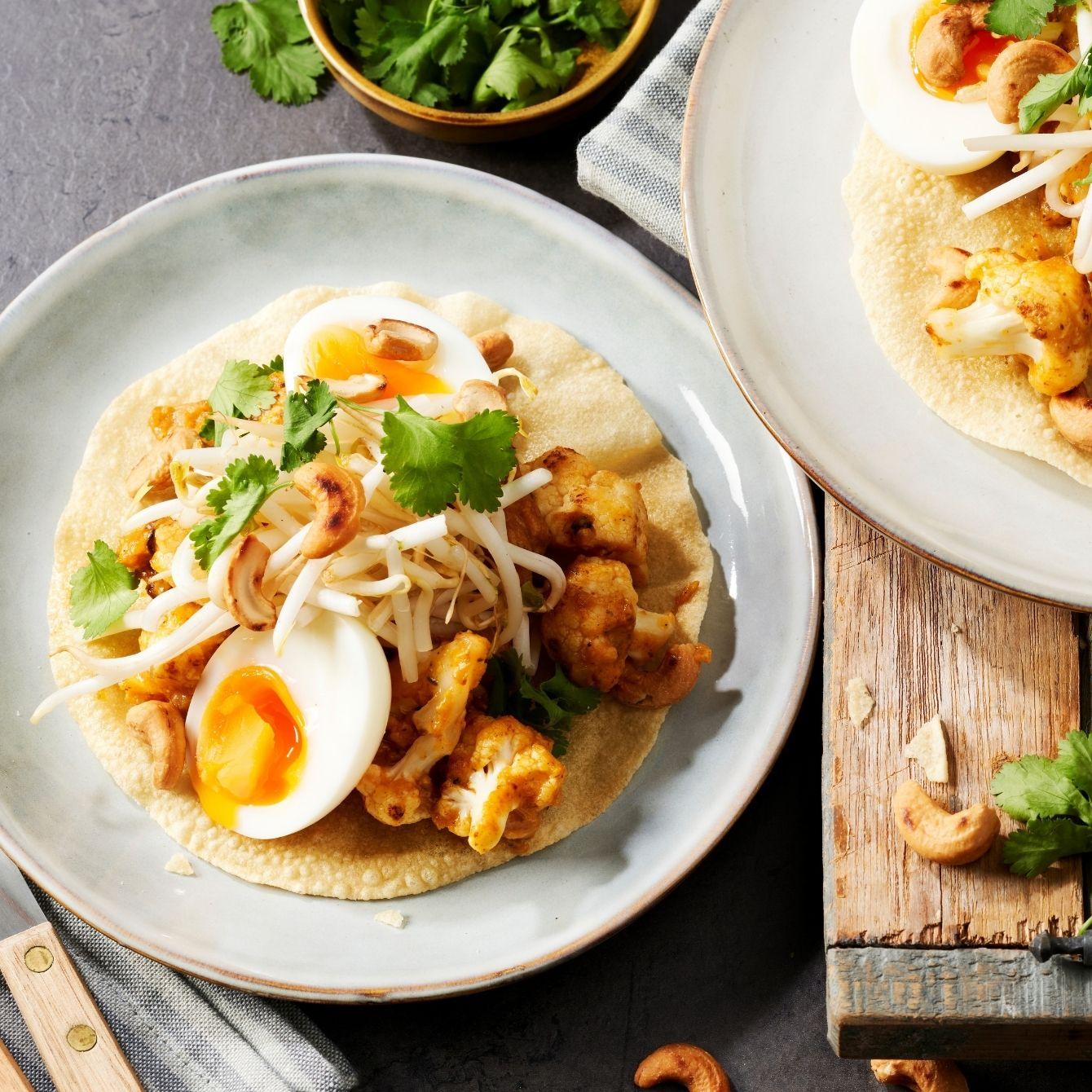 Krokante papadum met curry van bloemkool en kipstuckjes