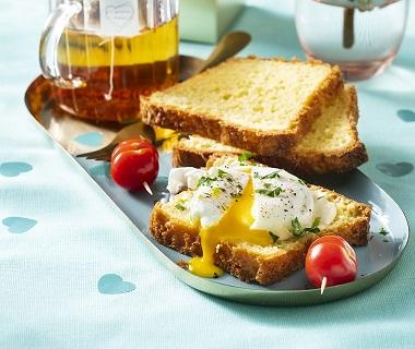 Gepocheerde eieren op briochebrood