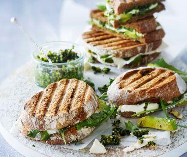 Getoaste sandwich met avocado, feta en pesto