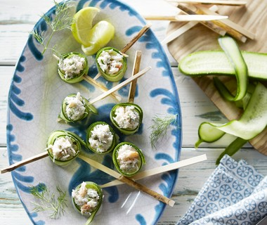 Komkommerrolletjes met romige krabsalade