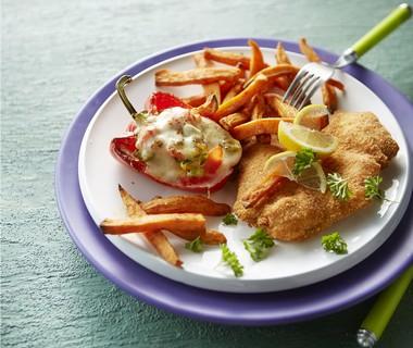 Ovenfriet van zoete aardappel met paprika en kipschnitzel