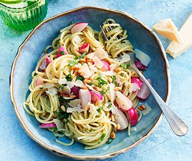 Spaghetti met radijs en parmezaan