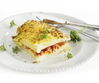 Koolrabi-knolselderijschotel met spek en kaas