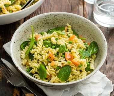 Fusilli met zalm, spinazie, tuinerwten en munt