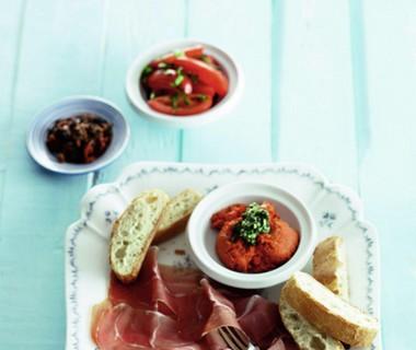 Italiaanse vleeswarenschotel met gegrilde tomatensalade