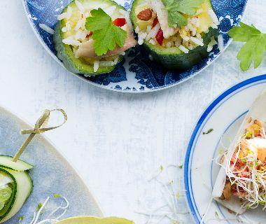 Komkommerbakjes met rijstsalade en gerookte forel