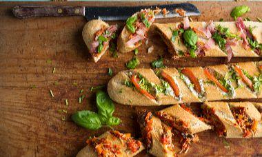 Stokbrood met pesto, roomkaas en bosui