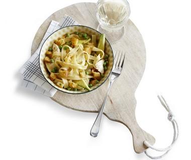Pasta met avocado en knoflookcroutons