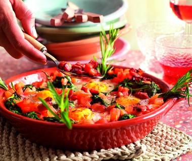 Spinazie met tomaat, spekjes en ei